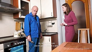 Spoil pays a plumber in a special way coupled with lose concentration cute girl just loves to fuck