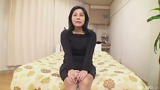 Asian unprofessional Mako Anzai gets her pussy fucked on the bed